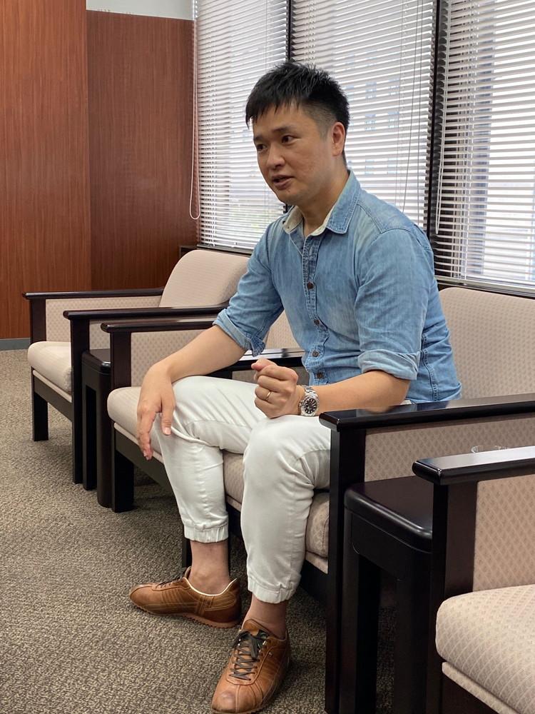 西日本シティ銀行の応接室でインタビューに答えるハルさん