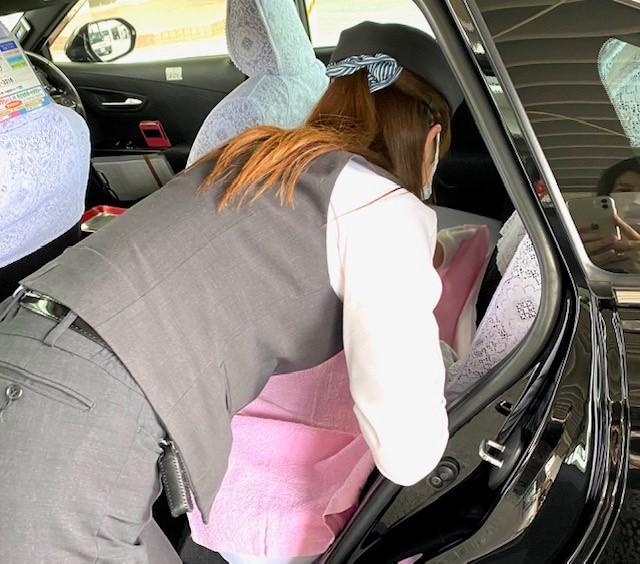 ママサポートタクシー内にタオルを敷くママサポート登録乗務員の金髙美保子さん