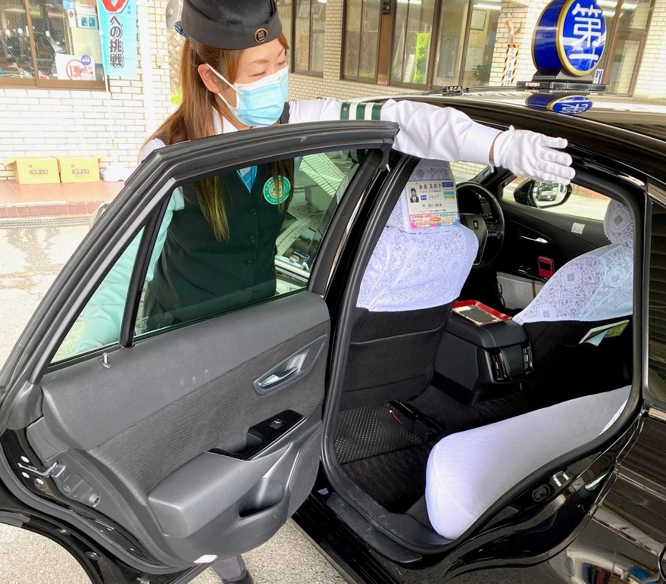 ママサポートタクシーにお客さまを乗せるママサポート登録乗務員の金髙美保子さん