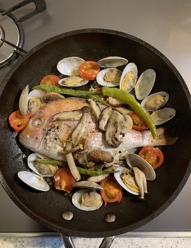 【料理名①】鯛のアクアパッツアのトッピングに加えて!キノコ入りアクアパッツア
