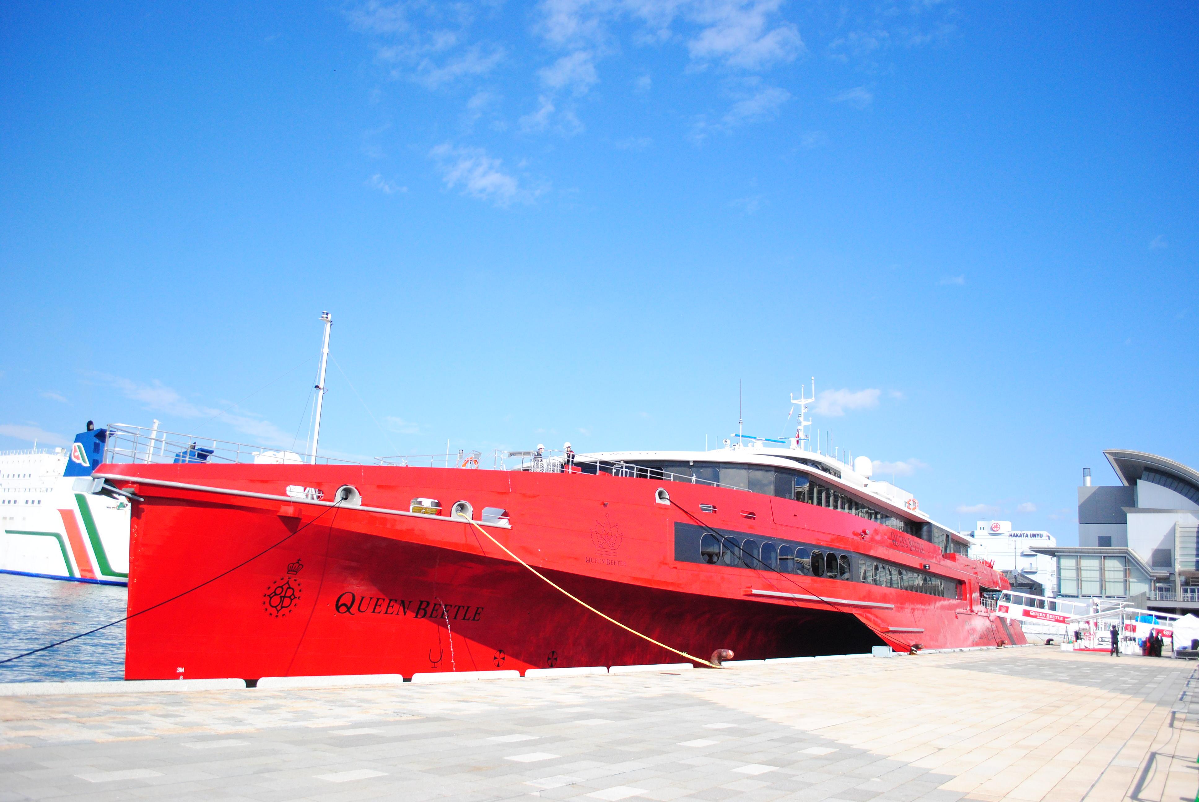 世界初の80m級のトリマラン(三胴船)「QUEEN BEETLE(クイーンビートル)」は、全長83.5m、定員は502名