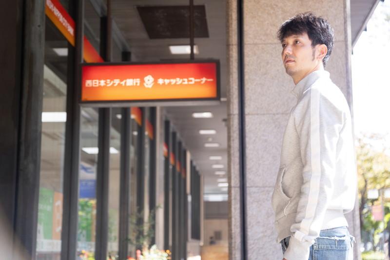西日本シティ銀行を訪れる新垣渚さん