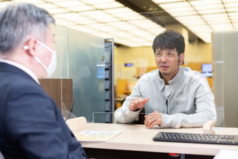 西日本シティ銀行の前野に話しかける新垣渚さん