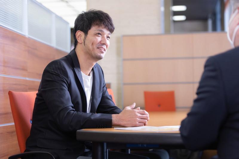 西日本シティ銀行の前野のインタビューを受ける新垣渚さん