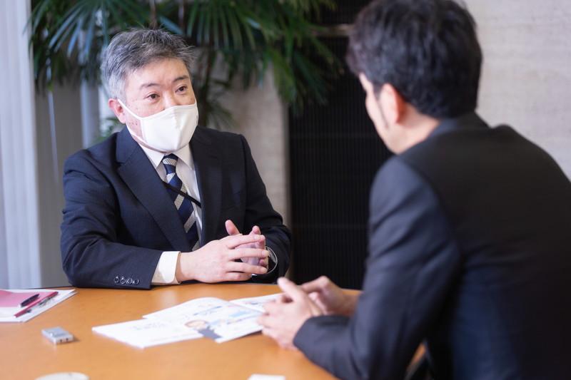 真剣な表情で新垣渚さんの話を聞く西日本シティ銀行・前野
