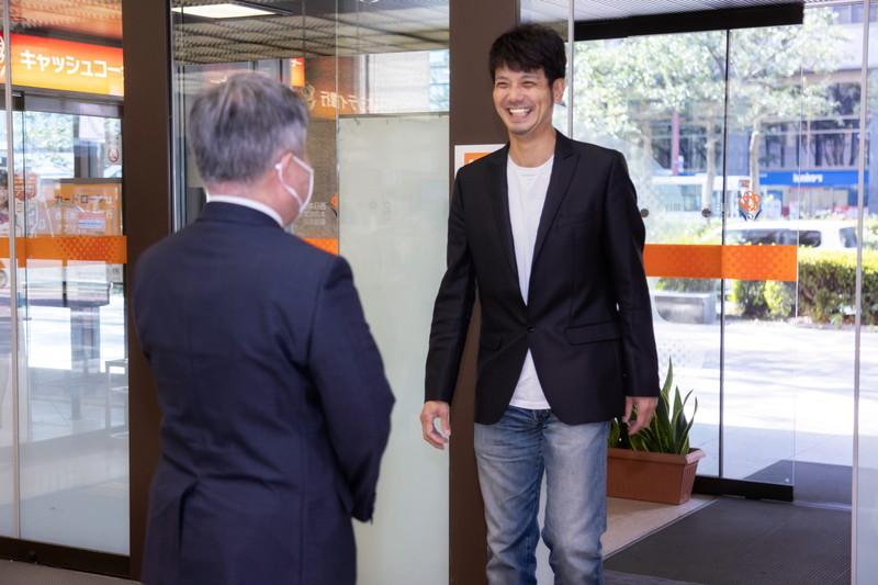 西日本シティ銀行に再度訪れた新垣さん