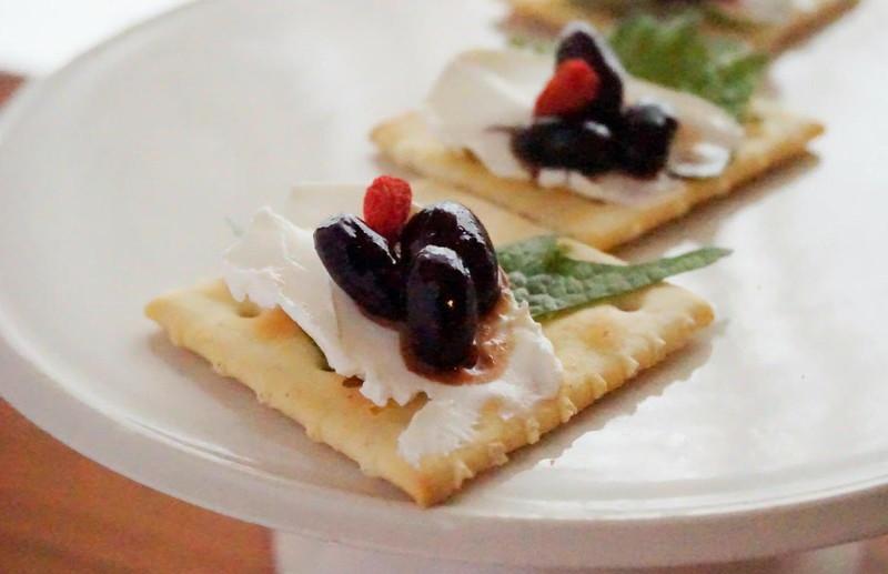 【料理名②】黒豆煮と枸杞の実のクリームチーズ薬膳カナッペ