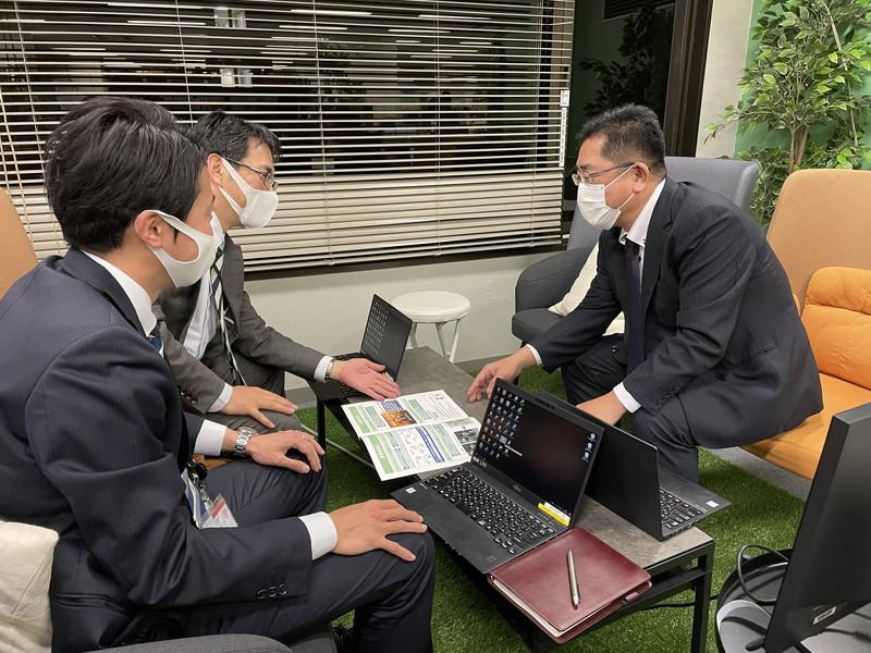 デジタル支援の相談を受ける西日本シティ銀行行員