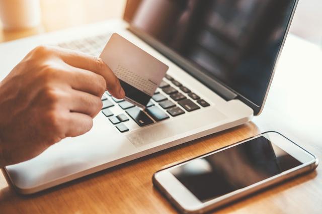 個人事業主は事業用のクレジットカードを作るべき?法人カードのメリット・デメリットを徹底比較