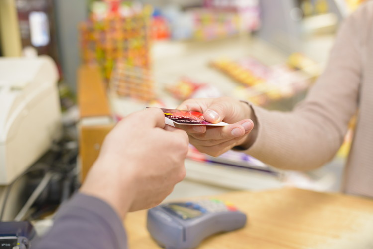 全国と九州で比較、クレジットカードの保有率はどのくらい?